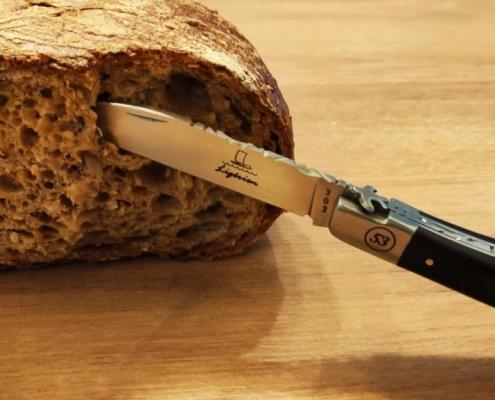 Un pain coupé soigneusement avec un couteau ligérien en ébène