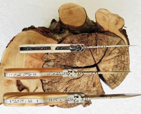 Couteaux de poche avec diverses gravures